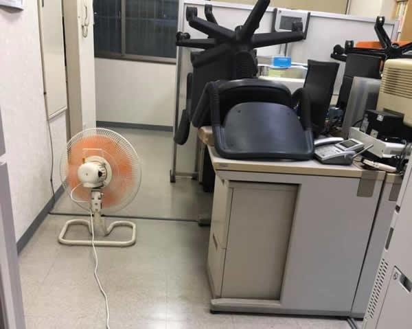 東京都 事務所 天井エアコンクリーニングの様子